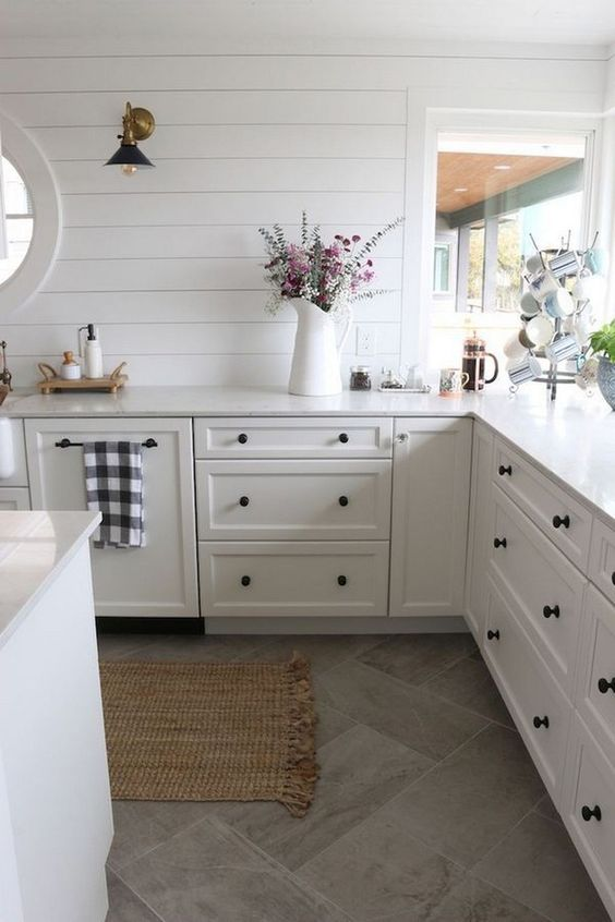 White Kitchen Ideas: Chic Farmhouse Decor