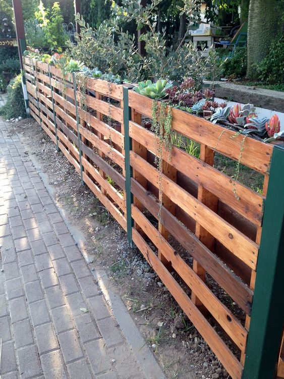 Pallet Fence Ideas: Chic Natural Design