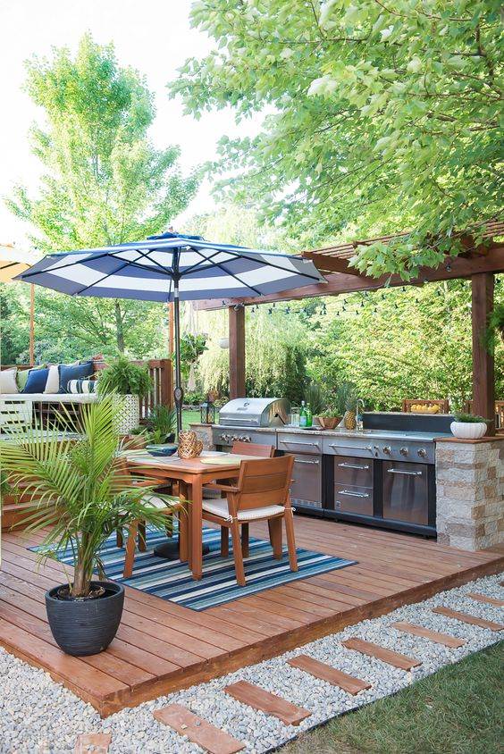 Backyard Kitchen Ideas: Cozy Outdoor Kitchen