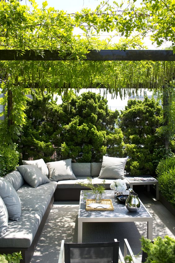 Backyard Sitting Area Ideas: Mesmerizing Natural Decor
